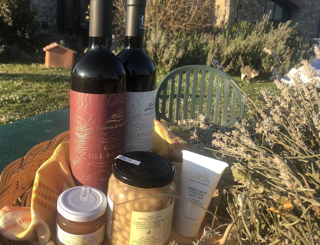 WEEKEND - Box con 1 bottiglia igt Montecastelli Statiano, 1 bottiglia igt Gallo del Botrone Montecastelli, 1 barattolo di fagioli zolfini cotti in vasocottura 400g, 1 vasetto confettura di pere e peperoncino per i formaggi 100g, 1 crema per le mani ottenuta dai vinaccioli dell'uva 25g + aperitivo di benvenuto + merenda in vigna al tramonto: un modo originale di approcciare il vino e immergersi nel territorio di produzione. Ad ogni partecipante verrà affidato un cestino con panini, frutta e bicchiere per la mescita e verrà raccontata la storia del Sangiovese e di come viene prodotto / Box with 1 Montecastelli Statiano IGT bottle, 1 Gallo del Botrone Montecastelli IGT bottle, 1 jar of zolfini beans cooked in a 400g jar, 1 jar of pear and chilli jam for cheeses 100g, 1 hand cream obtained from grape seeds 25g + welcome drink + snack in the vineyard at sunset: an original way to approach wine and immerse yourself in the production area. Each participant will be given a basket with sandwiches, fruit and a serving glass and he/she will be told the story of Sangiovese and how it is produced € 210